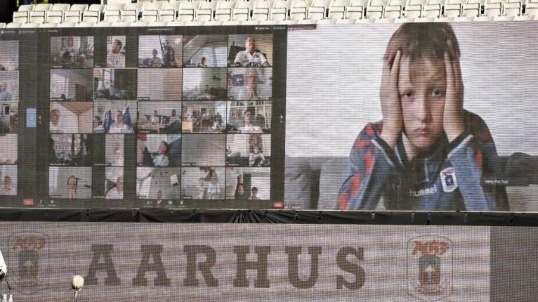 """Da """"arquibancasa"""", invadimos a live do Aarhus, da Dinamarca"""
